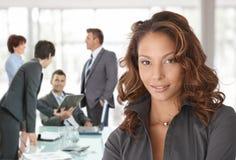 Femme d'affaires heureuse sur la réunion d'affaires image stock