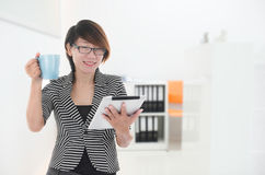 Femme d'affaires heureuse tenant le comprimé numérique Image libre de droits
