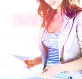 Femme d'affaires heureuse tenant un papier photo stock