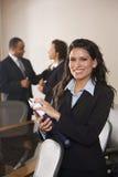 Femme d'affaires hispanique dans la salle de réunion Images stock