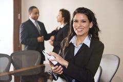 Femme d'affaires hispanique dans la salle de réunion Photos stock