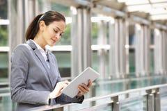 Femme d'affaires hispanique travaillant sur l'ordinateur de tablette Images libres de droits
