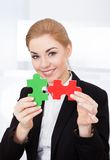 Femme d'affaires Holding Jigsaw Puzzle Photographie stock