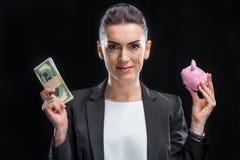 Femme d'affaires Holding Piggybank Photographie stock libre de droits