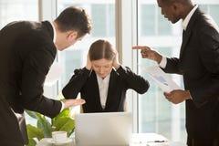 Femme d'affaires ignorant des remarques critiques de collègues photo libre de droits