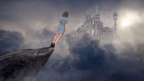Femme d'affaires d'imagination, falaise, château, saut photographie stock