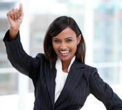 Femme d'affaires indienne réussie soulevant son bras Images stock