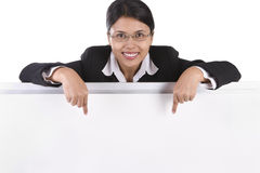 Femme d'affaires indiquant le whiteboard Photo stock