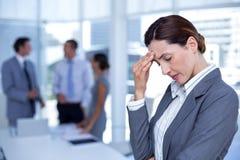 Femme d'affaires inquiétée avec la tête dans une main photographie stock libre de droits