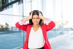 Femme d'affaires inquiétée With Bad Headache photos libres de droits