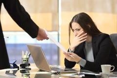 Femme d'affaires inquiétée recevant l'avis photos stock