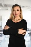 Femme d'affaires Inside Office Building Photographie stock libre de droits