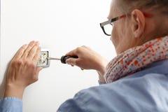 Femme d'affaires installant un interrupteur de lampe Images libres de droits