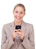 Femme d'affaires intelligente envoyant un texte photos stock