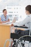 Femme d'affaires interviewant le candidat de travail handicapé Photographie stock