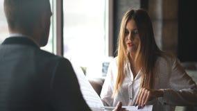 Femme d'affaires Interviewing Male Job Applicant In Office banque de vidéos