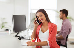Femme d'affaires invitant le smartphone au bureau Images libres de droits
