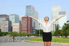 Femme d'affaires japonaise de succès heureux à Tokyo Image stock