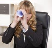 Femme d'affaires jouant - espion d'I Photographie stock