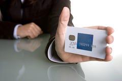 Femme d'affaires jugeant par la carte de crédit dans la main Image stock