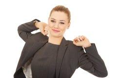 Femme d'affaires l'étirant de retour Photo libre de droits