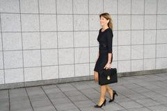 Femme d'affaires laissant un bâtiment de gouvernement photo libre de droits