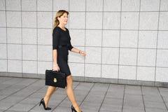 Femme d'affaires laissant un bâtiment de gouvernement photo stock