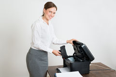 Femme d'affaires With Laser Cartridge et imprimante At Desk photographie stock