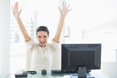 Femme d'affaires élégante euphorique de brune soulevant ses bras Photo libre de droits