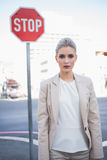 Femme d'affaires élégante sévère posant dehors Photographie stock