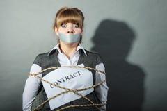 Femme d'affaires liée par contrat avec la bouche attachée du ruban adhésif Photo stock
