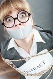 Femme d'affaires liée par contrat avec la bouche attachée du ruban adhésif Photo libre de droits