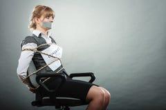Femme d'affaires liée par contrat avec la bouche attachée du ruban adhésif Images libres de droits