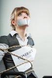 Femme d'affaires liée par contrat avec la bouche attachée du ruban adhésif Image libre de droits