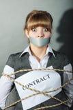 Femme d'affaires liée par contrat avec la bouche attachée du ruban adhésif Photos libres de droits