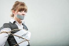 Femme d'affaires liée par contrat avec la bouche attachée du ruban adhésif Images stock