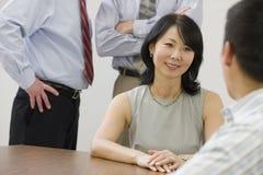 Femme d'affaires lors d'un contact photos stock