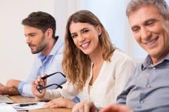 Femme d'affaires lors de la réunion d'affaires Image libre de droits