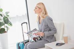 Femme d'affaires mûre avec la magazine Photographie stock libre de droits