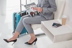 Femme d'affaires mûre avec la magazine Photos libres de droits