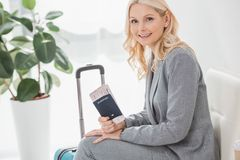 Femme d'affaires mûre avec le billet de vol Photographie stock libre de droits