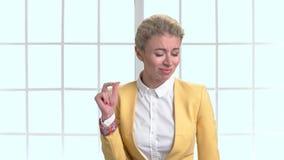 Femme d'affaires mûre chantant le long et cliquant sur des doigts banque de vidéos