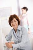 Femme d'affaires mûre confiante images stock
