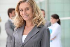 Femme d'affaires mûre confiante image libre de droits