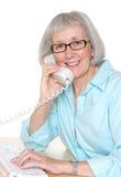 Femme d'affaires mûre de sourire au téléphone image libre de droits