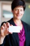 Femme d'affaires mûre retenant un businesscard Photo libre de droits