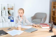 Femme d'affaires mûre sur le lieu de travail Photos stock