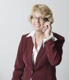 Femme d'affaires mûre sur son portable Photos libres de droits