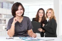 Femme d'affaires mûre avec la jeune femme d'affaires sur le fond Images stock