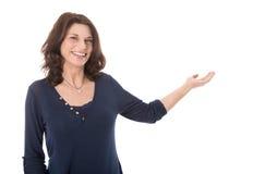 Femme d'affaires mûre heureuse d'isolement présent avec la paume Image libre de droits